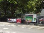 Kilka reklam przy ulicy